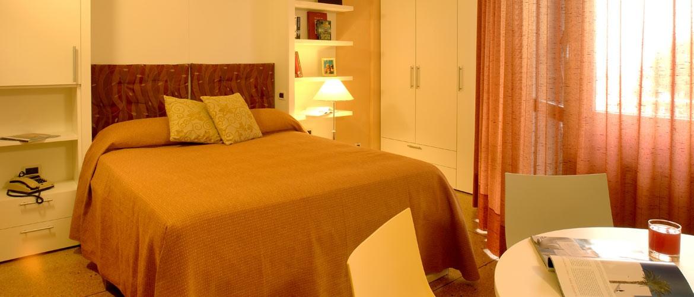 жилая комната с двуспальной кроватью