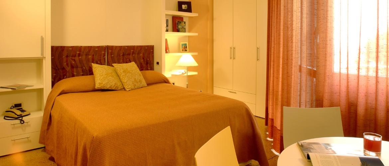 жилая комната - двуспальная кровать