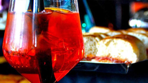 Un bicchiere di vino per aperitivo