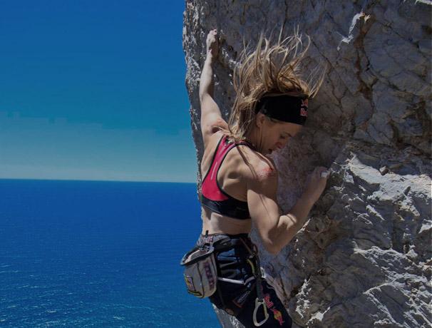 Una ragazza che scala la montagna a picco sul mare