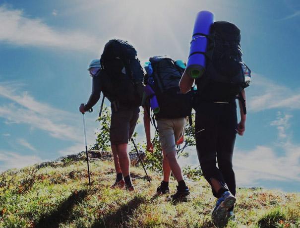 3 persone praticano trekking