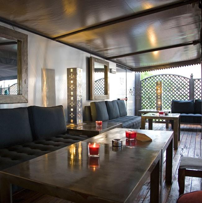 Tables et fauteuils du Marajà Grand-Lounge Bar