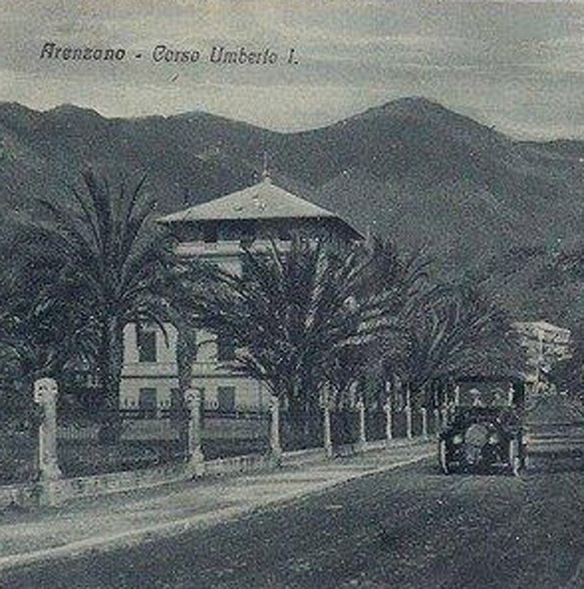 Historical photo with cars in transit in front of the Grand Hotel Arenzano