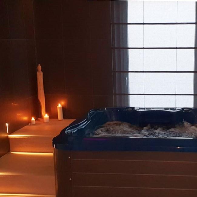 Bain à remous et bougies dans le spa