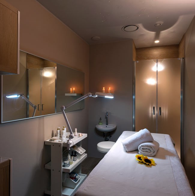 Espace massage avec lit et douche