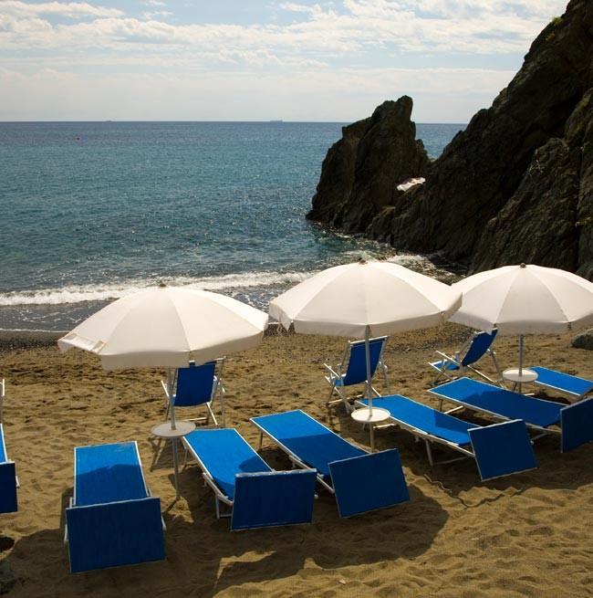 Transats et parasols sur la plage privée du Grand Hotel Arenzano