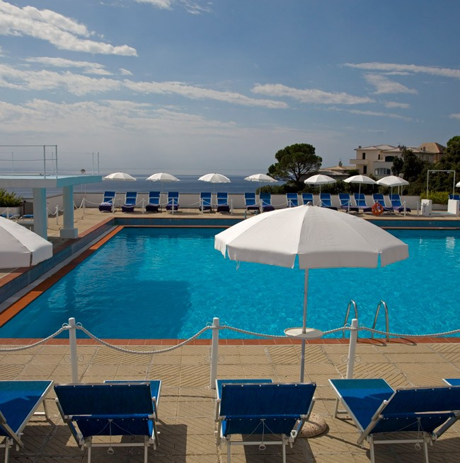 Шезлонги у полуолимпийского панорамного бассейна отеля