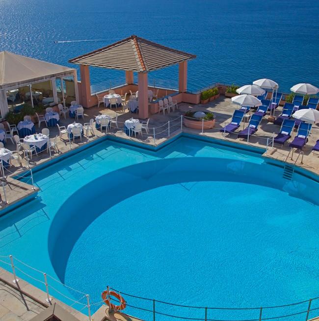 Дневное фото круглого бассейна с видом на море