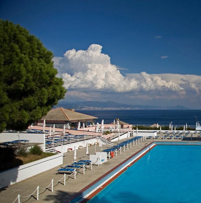 Фото полуолимпийского панорамного бассейна отеля Punta San Martino