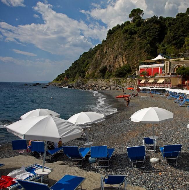 Частный пляж с шезлонгами и зонтиками от отеля Punta San Martino