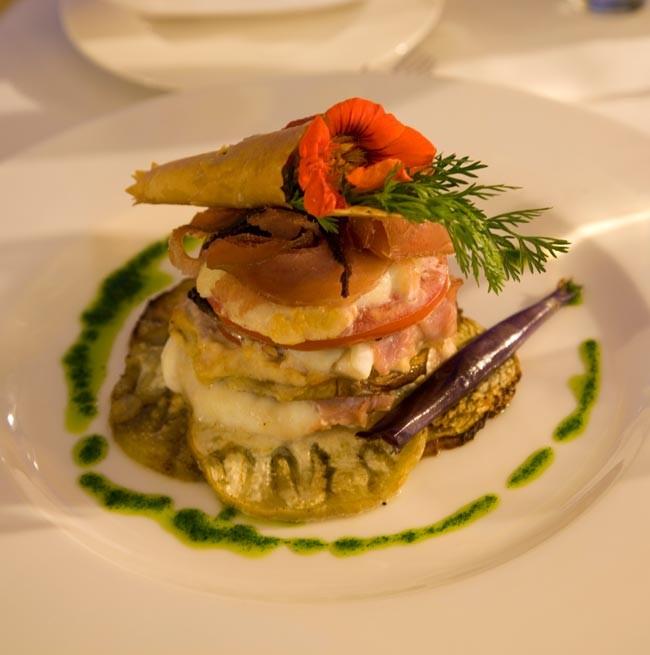 Presentazione elegante di un primo piatto di verdure del Ristorante La Punta