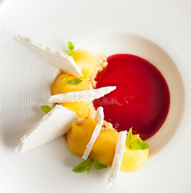Presentazione elegante di un dessert del Ristorante La Punta