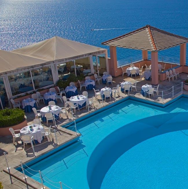 Tavoli del ristorante posizionati a bordo piscina