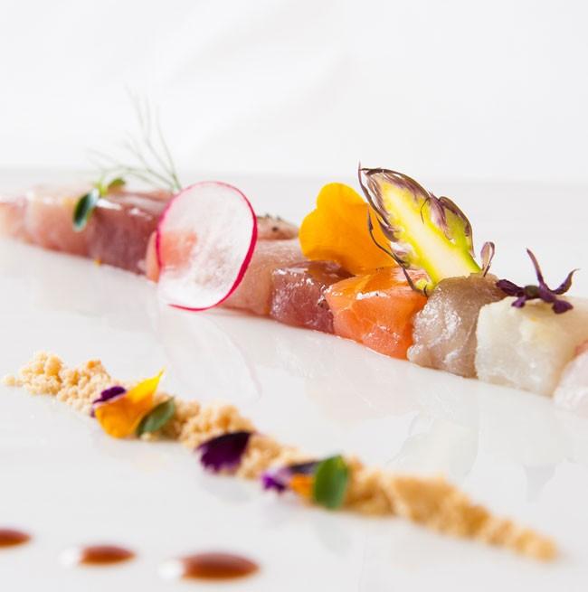 Presentazione elegante di un piatto di pesce del ristorante dell'Hotel