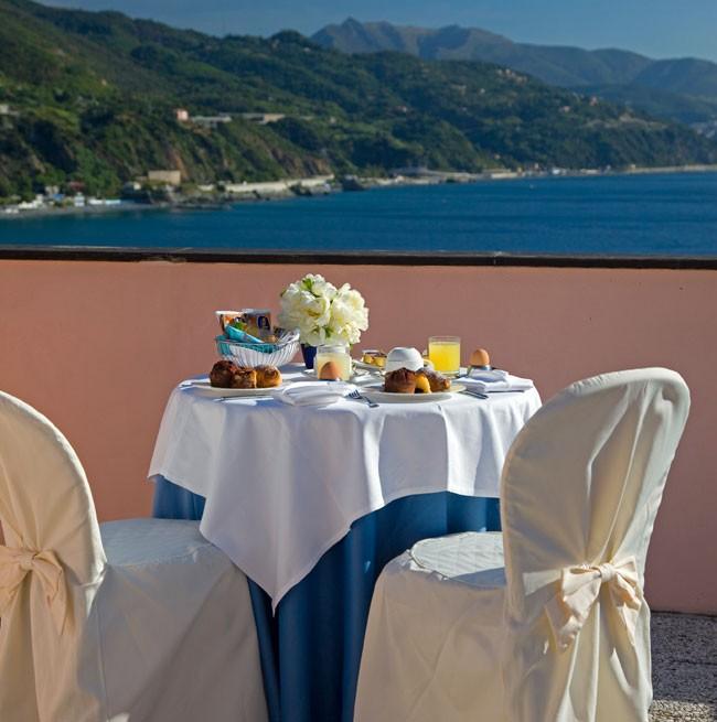 Colazione al tavolo sul balcone della camera vista mare