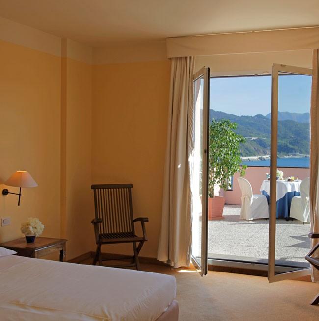 Camera dell'Hotel con balcone vista mare
