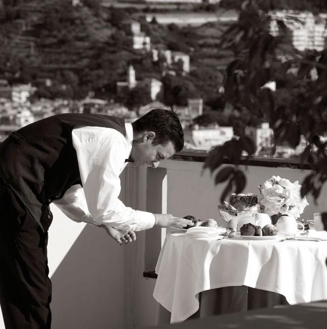 Mise en place della colazione sul balcone