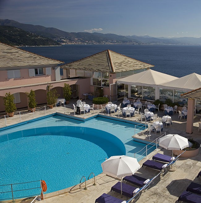 Daytime photo of the round swimming pool overlooking the sea of the Hotel Punta San Martino